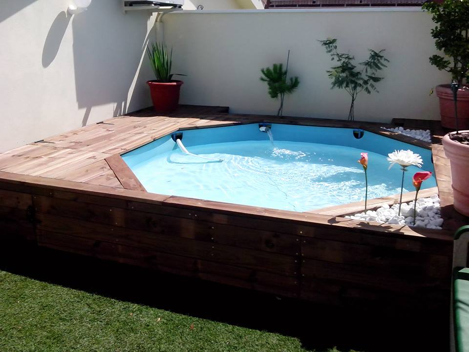 Tarima de madera en piscina de pl stico comunidad leroy for Ideas para piscinas intex