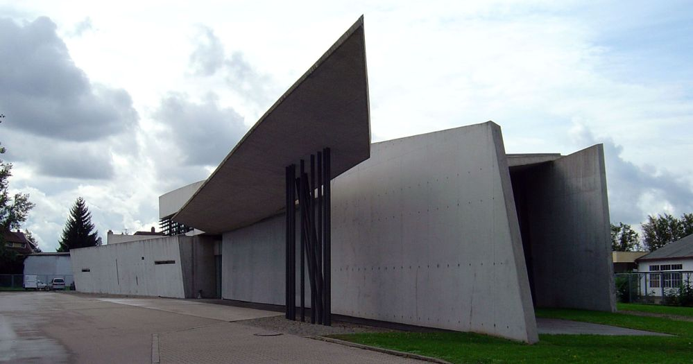 Vitra_fire_station,_full_view,_Zaha_Hadid Sandstein.jpg